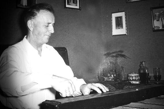 Arthur Vibeto spiller langeleik