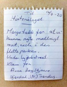 Håndskrevet hilsen fra sommergjester i hagen på Krøsset.
