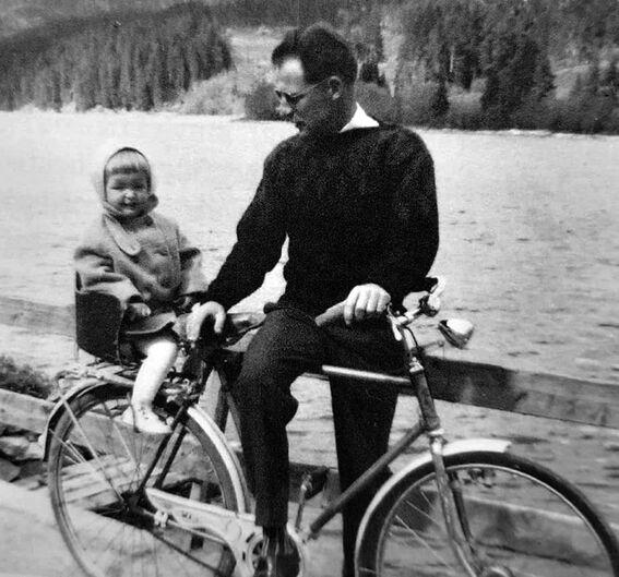 Mitt liv: Kai med dattera Lisbeth på sykkelen