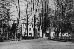 Holden med velocipeder utenfor 1917