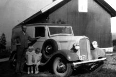 Karl Bjerkelund med to døtre og en Chevrolet