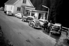 Kø på bensinstasjonen på Odden 1960