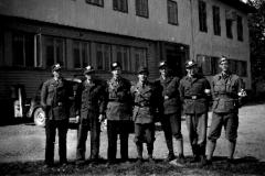 Lensmannsbetjenter i frigjøringa foran Herredshuset