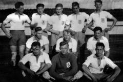 USFs fotballag ved en kamp mot Sundjordet på Pors stadion rett før krigen.