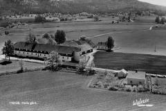 Holla gård med Håtveit i bakgrunnen
